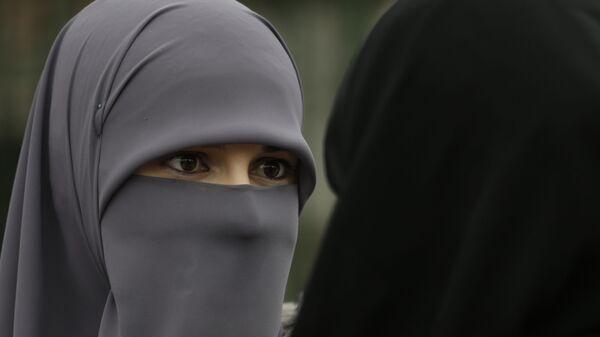 Женщина в хиджабе во Всемирный день хиджаба - Sputnik Таджикистан