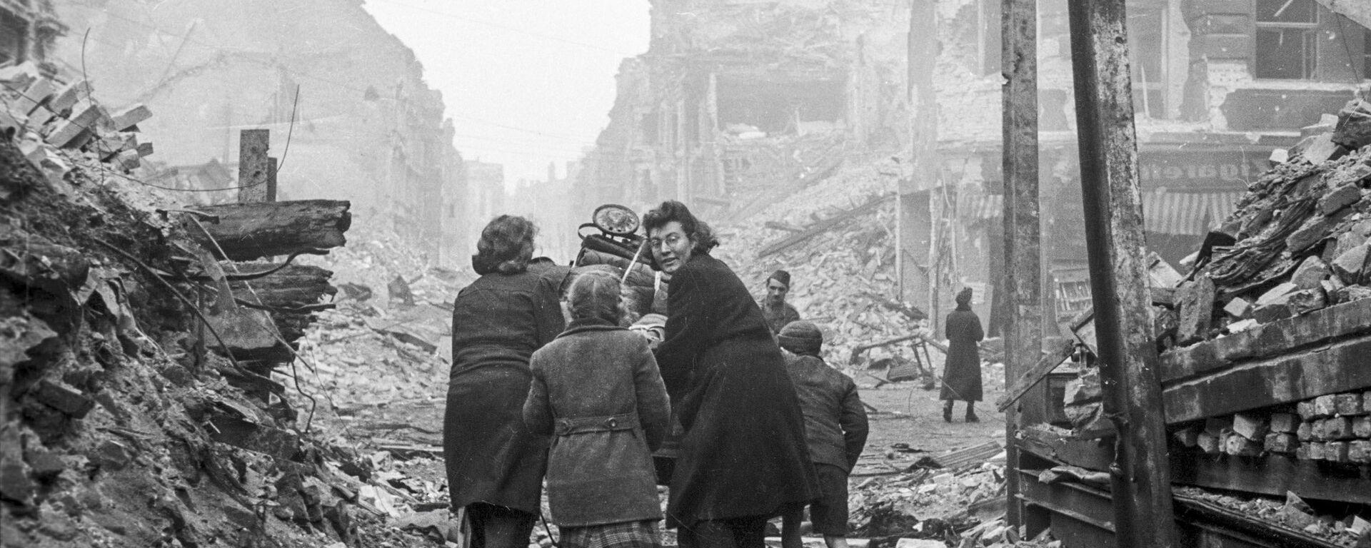 Жители Берлина возвращаются домой по заваленной обломками улице, 1945 год - Sputnik Таджикистан, 1920, 09.05.2020