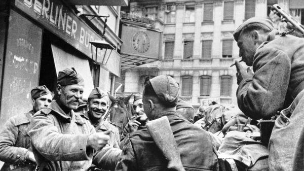 Советские солдаты-освободители празднуют победу в Берлине, 1945 год - Sputnik Тоҷикистон