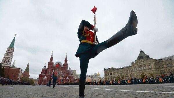 Военнослужащие на военном параде, посвященном 72-й годовщине Победы в Великой Отечественной войне - Sputnik Таджикистан