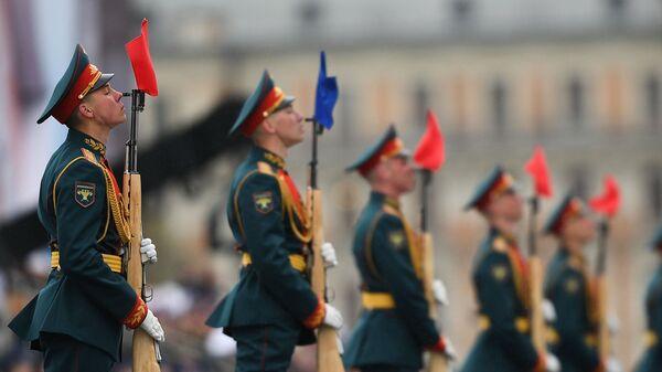 Военнослужащие президентского полка на военном параде на Красной площади в Москве - Sputnik Тоҷикистон
