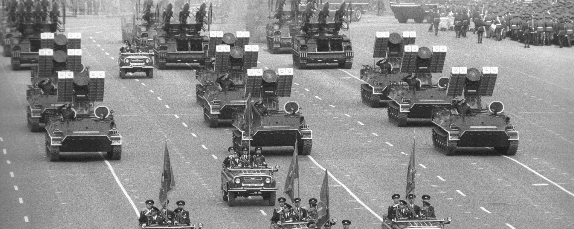 Военный парад на Красной площади, посвященный 40-летию Победы советского народа в Великой Отечественной войне 1941-1945 годов - Sputnik Таджикистан, 1920, 06.05.2020