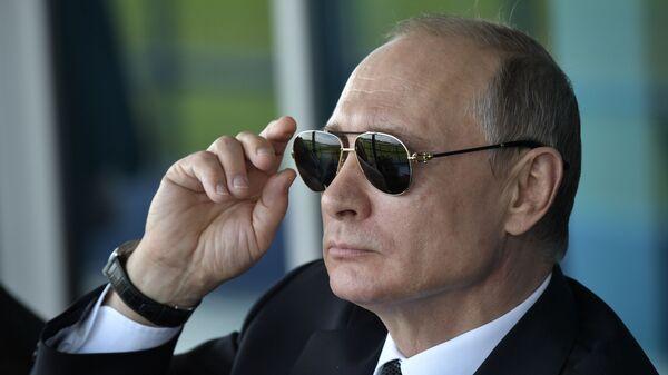 Президент России Владимир Путин наблюдает за демонстрационными полетами пилотажных групп во время посещения XIII Международного авиационно-космического салона МАКС-2017 в подмосковном Жуковском - Sputnik Таджикистан