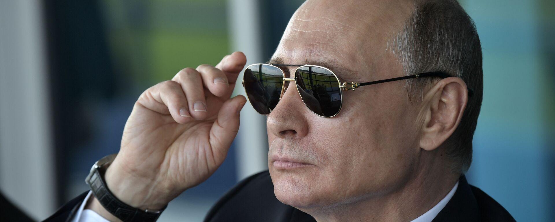 Президент России Владимир Путин наблюдает за демонстрационными полетами пилотажных групп во время посещения XIII Международного авиационно-космического салона МАКС-2017 в подмосковном Жуковском - Sputnik Таджикистан, 1920, 08.06.2021