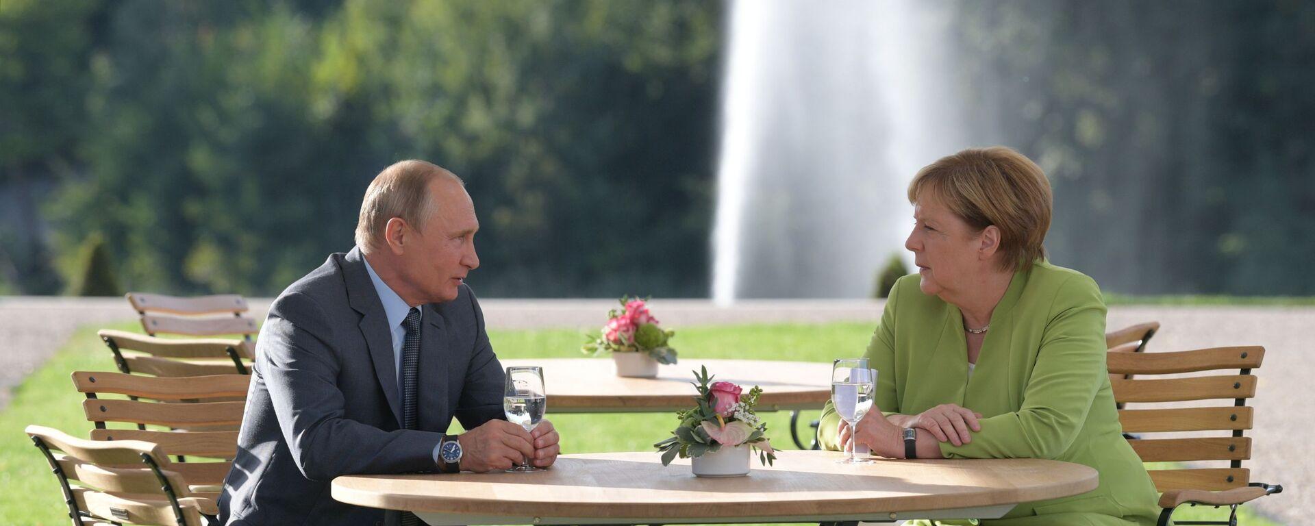 Президент России Владимир Путин и федеральный канцлер ФРГ Ангела Меркель во время встречи в резиденции правительства ФРГ Мезеберг - Sputnik Таджикистан, 1920, 24.07.2021