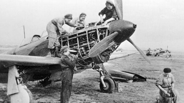 Техники 586-го истребительного авиационного полка готовят самолет к полету во время Великой Отечественной войны - Sputnik Тоҷикистон