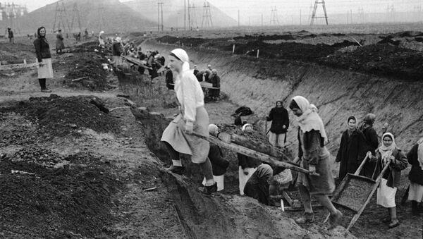 Женщины выкапывают противотанковые рвы в районе Донбасса. 1941 год - Sputnik Тоҷикистон