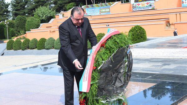 Президент Республики Таджикистан Эмомали Рахмон возложил цветы - Sputnik Тоҷикистон