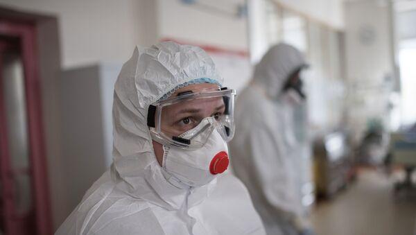 Медицинский работник в отделении реанимации и интенсивной терапии в стационаре для больных с коронавирусной инфекцией - Sputnik Тоҷикистон