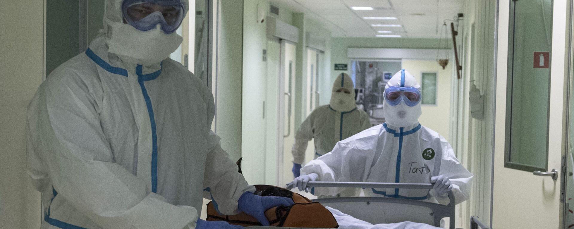 Врачи и пациент в госпитале для зараженных коронавирусной - Sputnik Таджикистан, 1920, 15.08.2021
