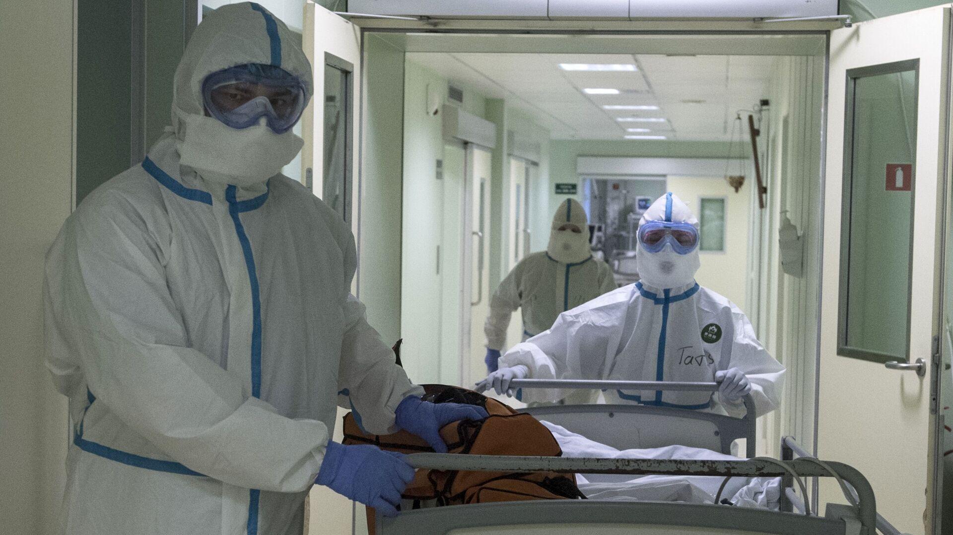 Врачи и пациент в госпитале для зараженных коронавирусной - Sputnik Тоҷикистон, 1920, 19.08.2021