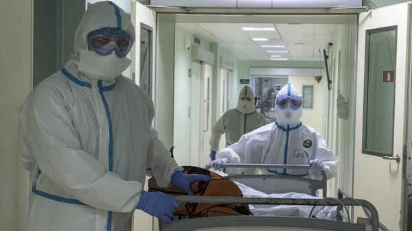 Врачи и пациент в госпитале для зараженных коронавирусной - Sputnik Тоҷикистон