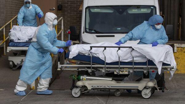 Медицинский персонал извлекает тела из медицинского центра - Sputnik Таджикистан