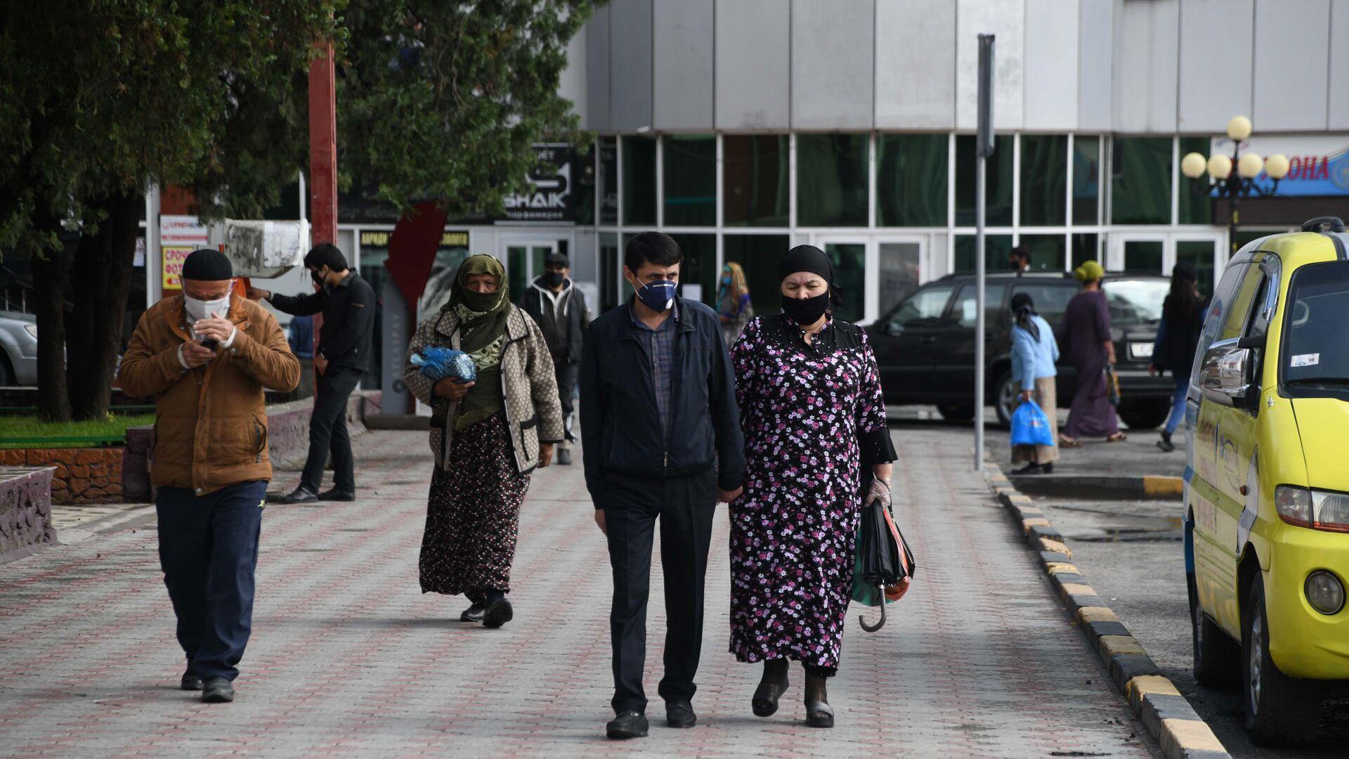 Жители города Душанбе в защитных масках на улице - Sputnik Тоҷикистон, 1920, 25.09.2021