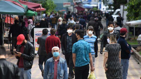 Жители города Душанбе в защитных масках на улице - Sputnik Тоҷикистон