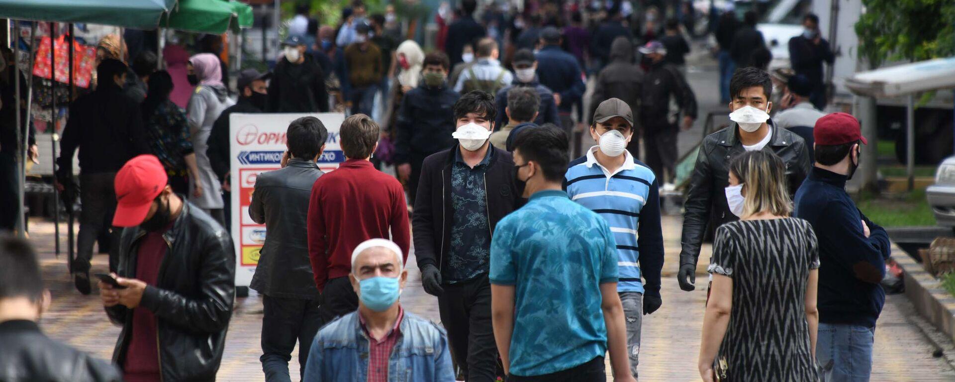 Жители города Душанбе в защитных масках на улице - Sputnik Таджикистан, 1920, 23.07.2021