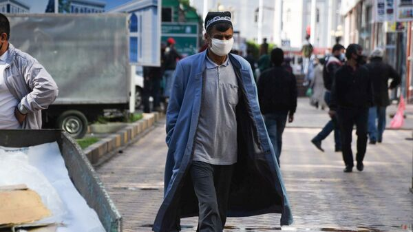Мужчина в защитной маске на улице - Sputnik Тоҷикистон
