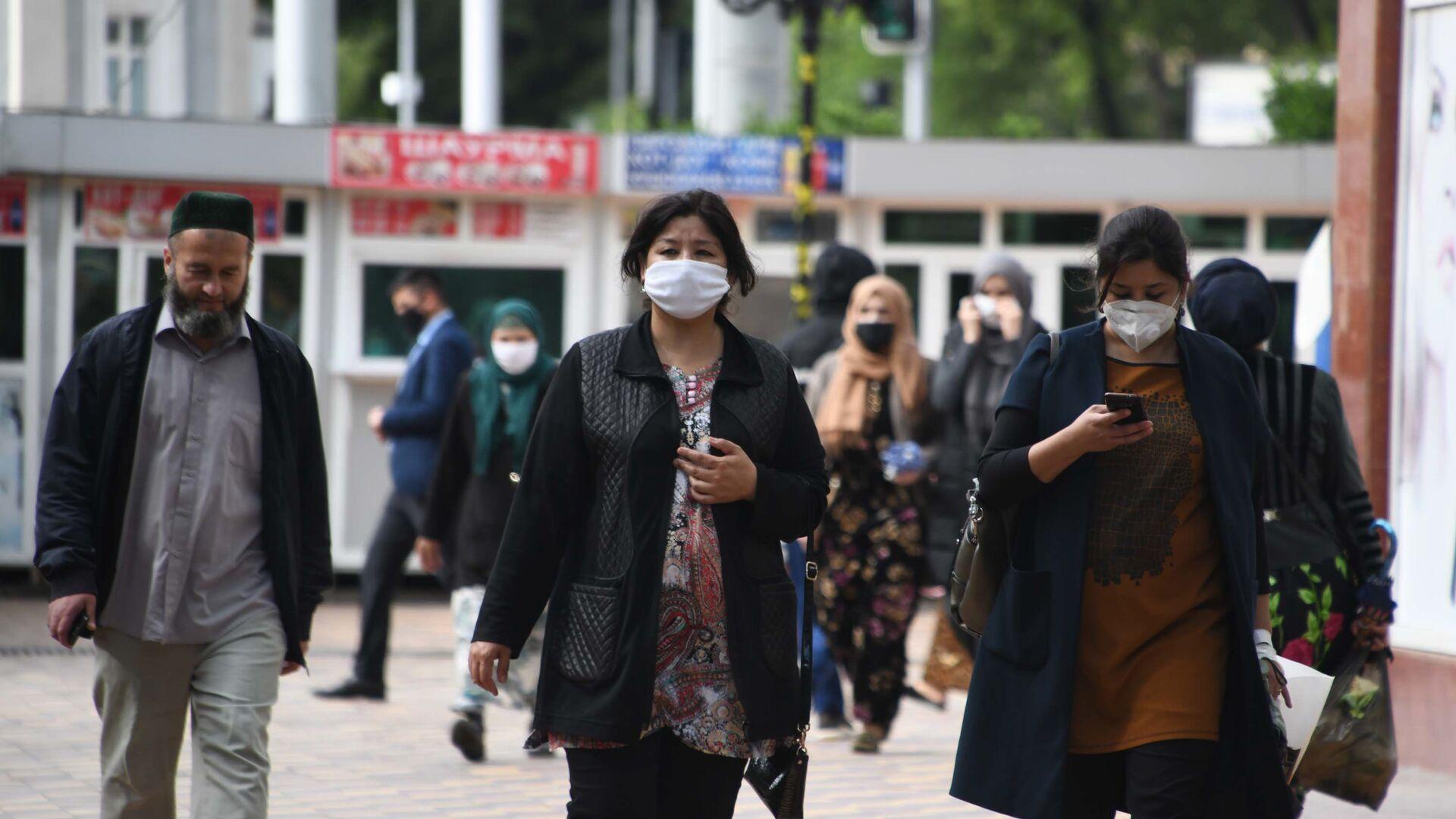 Жители города Душанбе в защитных масках на улице - Sputnik Тоҷикистон, 1920, 11.09.2021