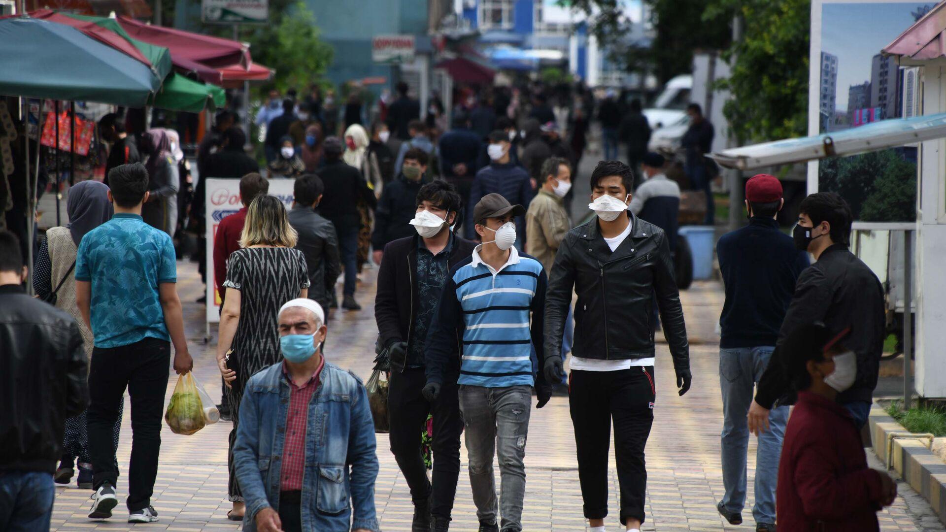 Жители города Душанбе в защитных масках на улице - Sputnik Таджикистан, 1920, 11.09.2021