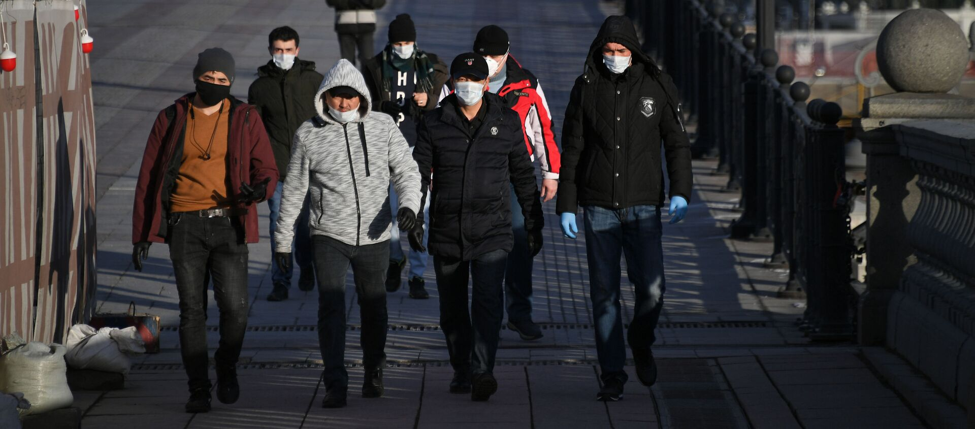 Пешеходы идут по Патриаршему мосту в Москве - Sputnik Таджикистан, 1920, 25.01.2021