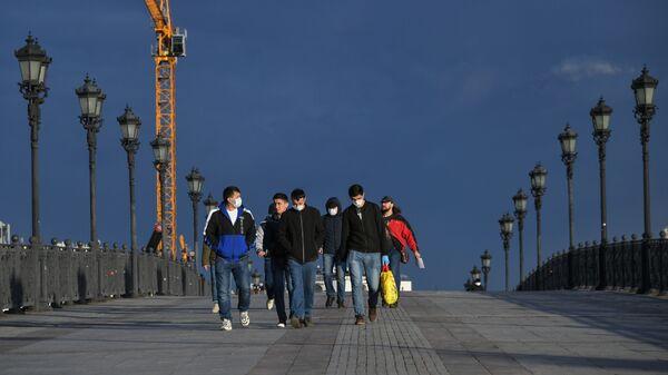 Трудовые мигранты идут по Патриаршему мосту в Москве - Sputnik Тоҷикистон