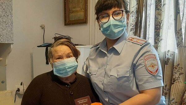 Полицейские приехали к 80-летней уроженке Таджикистана, чтобы вручить ей первый паспорт гражданина Российской Федерации - Sputnik Таджикистан