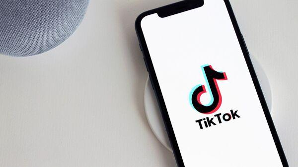 Прилижение Til Tok на смартфоне - Sputnik Таджикистан