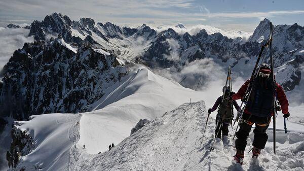 Альпинисты катаются на лыжах на Монблане, Франция - Sputnik Таджикистан