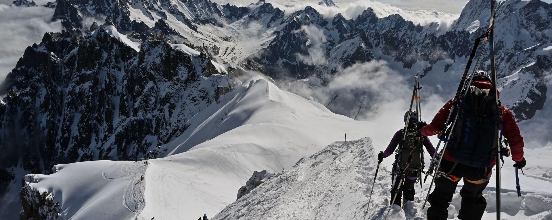 Альпинисты катаются на лыжах на Монблане, Франция - Sputnik Таджикистан, 1920, 06.08.2021