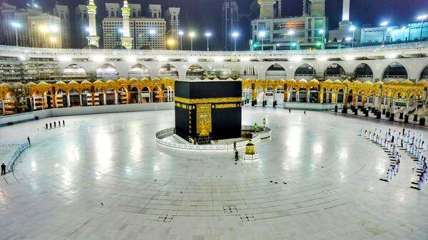 Верующие в мечети аль-Харам в Мекке молятся в священную ночь силы на фоне эпидемии коронавируса  - Sputnik Тоҷикистон