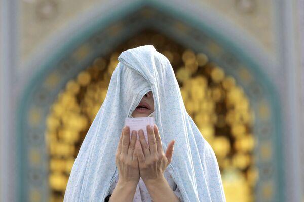 Верующая во время празднования Ид-аль-Фитра в Иране  - Sputnik Таджикистан