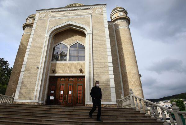 Мужчина у закрытой Соборной мечети в Кисловодске в день праздника Ураза-байрам - Sputnik Таджикистан