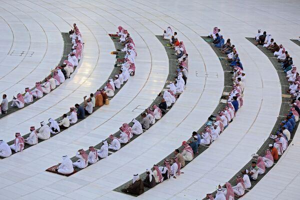 Верующие напротив Каабы во время празднования Ид-аль-Фитра в Мекке  - Sputnik Таджикистан
