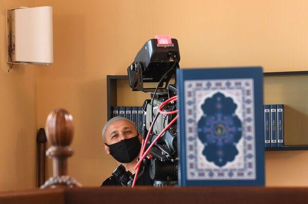 Съемка прямой трансляции праздничного вагаза в Галеевской мечети в Казани - Sputnik Таджикистан