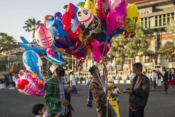 Индонезийцы во время покупки шаров в честь празднования Ид-аль-Фитра в Сурабае - Sputnik Таджикистан