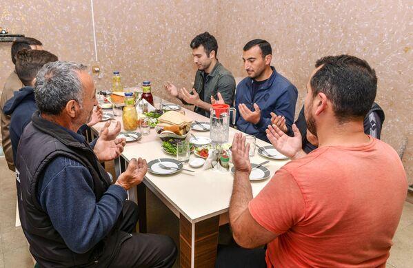 Верующие перед вечерним разговением в день праздника Ураза-байрам в Баку - Sputnik Таджикистан
