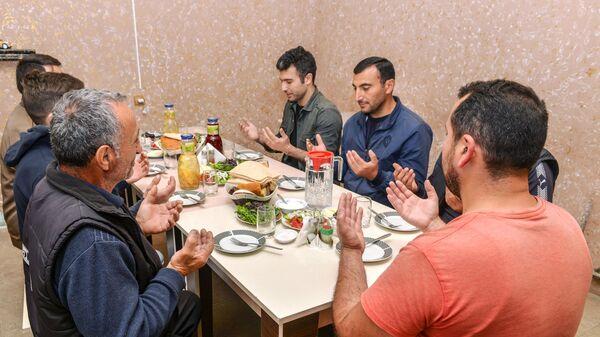 Верующие перед вечерним разговением в день праздника Ураза-байрам в Баку - Sputnik Тоҷикистон