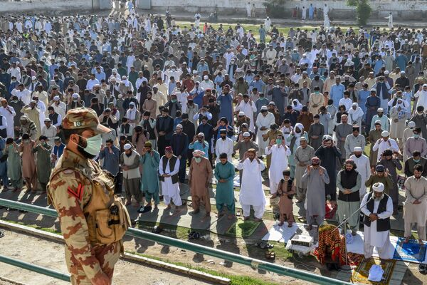 Мусульмане во время празднования Ид-аль-Фитра в Пакистане  - Sputnik Таджикистан