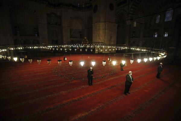 Верующие в масках во время празднования Ид-аль-Фитра в Стамбуле  - Sputnik Таджикистан