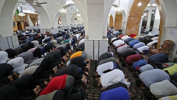 Верующие во время празднования Ид-аль-Фитра в Сирии - Sputnik Таджикистан