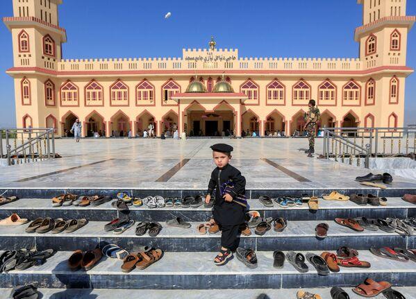 Афганский мальчик во время празднования Ид-аль-Фитра в Афганистане - Sputnik Таджикистан