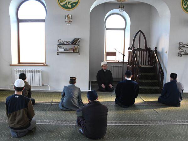 Председатель Централизованной религиозной организации Духовного управления мусульман Забайкальского края, муфтий Алмаз Салахов во время прямой трансляции праздничной молитвы в режиме онлайн в Читинской соборной мечети - Sputnik Таджикистан