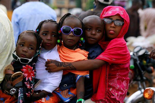 Дети после празднования Ид-аль-Фитра в Нигерии - Sputnik Таджикистан