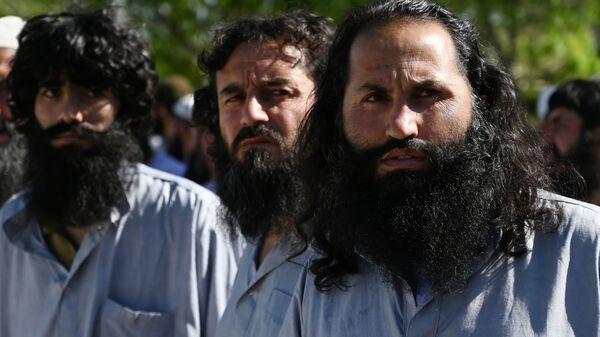 Заключенные талибы во время их освобождения из тюрьмы Баграм, Афганистан - Sputnik Таджикистан