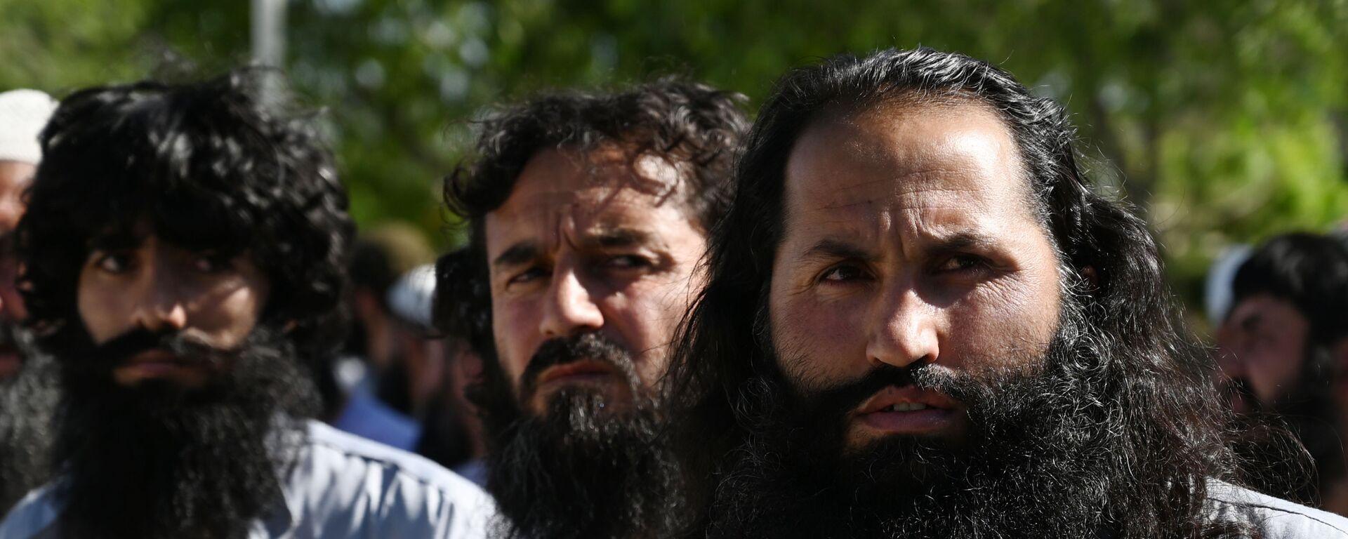 Заключенные талибы во время их освобождения из тюрьмы Баграм, Афганистан - Sputnik Таджикистан, 1920, 15.04.2021