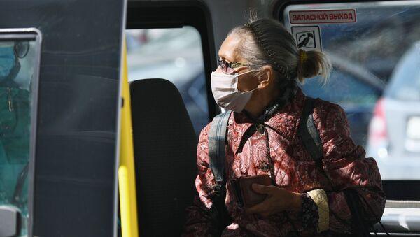 Пожилая женщина в медицинской маске - Sputnik Таджикистан