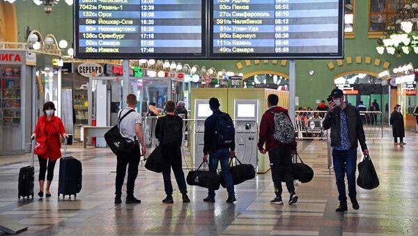 Пассажиры в здании Казанского вокзала во время дезинфекционной обработки вокзала - Sputnik Тоҷикистон