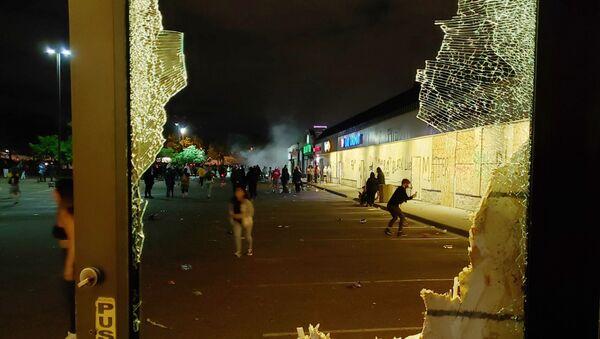 Разбитая витрина магазина в Миннеаполисе - Sputnik Таджикистан