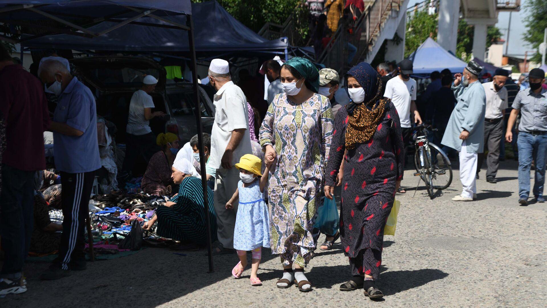 Люди в масках в городе Душанбе - Sputnik Таджикистан, 1920, 09.08.2021