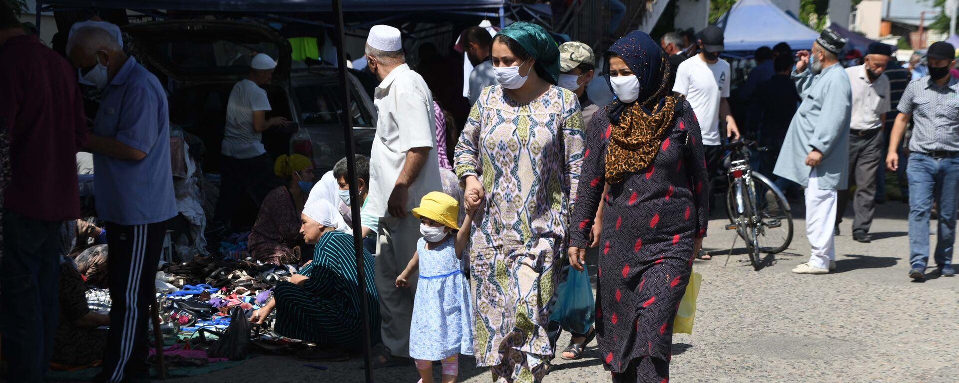 Люди в масках в городе Душанбе - Sputnik Таджикистан, 1920, 24.08.2021